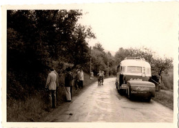 Photo Originale Pause Pipi & Alignement De Garçon Pour Un Voyage En Autocar Et Remorque De La Cie Stiebeling - Freikem - Automobiles