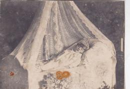 Photo De Particulier Portrait Post Mortem D'un Enfant Avec Couronne De Fleurs Dans Berceau Nid D'ange  Réf 9964 - Identified Persons