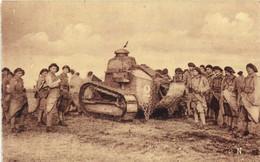 Camp Du Larzac Tank Au Milieu Des Fantassins   RV - La Cavalerie