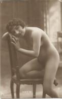 JP  / Carte PHOTO Femme  CHAISE POSE Nue Nu Sexy Nude - Pin-Ups