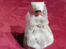 Poupée  De Collection Des Provinces  Pour Collectionneurs  Femme Rétaise  En Robe De  Mariée - Bambole
