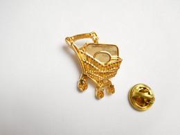 Superbe Pin's En Relief , Caddie , Hyper Continent , Signé Corner Coinderoux - Trademarks