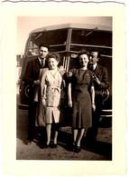 Photo Originale 2 Couples Devant Un Autocar à Identifier Vers 1950 - Car, Bus, Autobus. - Automobili