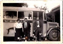 Photo Originale Couple & Grand Gaçon Devant Un Autocar à Identifier Vers 1950 - Car, Bus, Autobus. - Cars