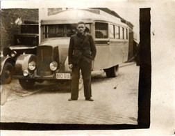 Photo Originale Jeune Homme Posant Devant Un Insolite Autocar à Identifier Vers 1930/40 - Car, Bus, Autobus. - Cars