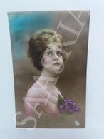 #CPA854 - Bonne Fête - Portrait Femme 1920 - Fleurs Bouquet Violette Coiffe Pose - Women