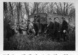 Photo De Soldats Francais A Coté D'un Camion De Transport De Troupe Bâcher Dans Une Foret Vers 1930 - Guerra, Militari