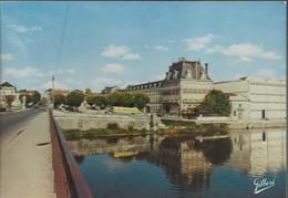 Jarnac - Vue Prise Du Pont Sur La Charente, Sur La Place Du Château Et Les Quais. Camion De La Société Jean Delage - (P) - Jarnac