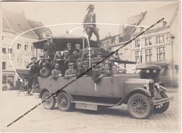 FOTO TONGEREN GROTE MARKT 1926 TONGRES GRAND PLACE AMBIORIX KIOSK PASSAGE OLDTIMER STUDENTEN, GITARIST, FIETSER 3 WIELEN - Tongeren