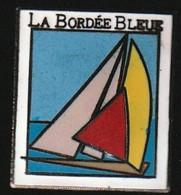 72546- Pin's. Régate. La Bordée Bleue .porquerolle.Voilier..signé Saggay. - Voile
