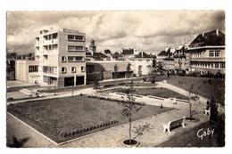 VIRE --1958--Jardin De L'Hôtel De Ville Et La Poste...carte Taxée ...beau Cachet.........à Saisir - Vire