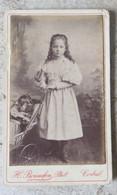 Photographie CDV Ancienne Sur Carton - Fillette Posant Près D' Un Landau Avec Poupée - Corbeil Studio Bonnefon Av Du Che - Oud (voor 1900)
