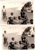 2 Photos Originales Course De Voiture à Pédales, Karting Tricycle à Pédales & Vélo De Courses à La Plage Vers 1960 - Cars