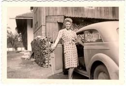 Photo Originale Femme Allemande Embarquant Dans Sa Son Opel Kadett Limousine Spezial Ou Moskvitch 400 (arrière) 1937 - Cars