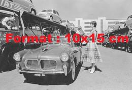 Reproduction Photographie Ancienne D'une Femme Demandant Sa Route àun Chauffeur Routier Transportant Des Fiat - Reproductions