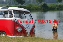 Reproduction Photographie Ancienne D'une Femme Poitrine Nue Dans L'au D'un Lac àcôté D'un Combi VW - Reproductions