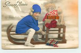 Bonne Année - Fillette Près De Cadeaux Sur Une Luge - Poupée - Teddy Bear - New Year