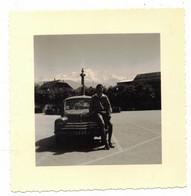 TRANSPORTS VOITURE VERITABLE PHOTO SOUVENIR ANNEE 1957 - HOMME POSANT SUR CAPOT 4 CV CITROËN A LOCALISER A IDENTIFIER - Cars