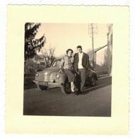 TRANSPORTS VOITURE VERITABLE PHOTO SOUVENIR ANNEE 1957 - COUPLE POSANT SUR CAPOT 4 CV CITROËN A LOCALISER A IDENTIFIER - Cars