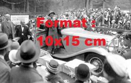 Reproduction Photographie Ancienne D'une Dame Présentant Une Automobile Packard à Un Concours D'élégance En 1932 - Reproductions