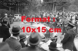 Reproduction Photographie Ancienne D'une Dame Présentant Une Automobile Peugeot à Un Concours D'élégance En 1932 - Reproductions