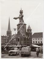 GROTE FOTO TIELT +/- 1960 BELFORT HALLETOREN MARKTKRAMERS PEUGEOT 403 Opel Rekord Olympia Caravan, AFFICHE EUROPAFEESTEN - Tielt