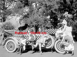 Reproduction Photographie Ancienne De Femmes En Costumes à Côté D'une Automobile Décapotable Carrosserie Damier - Reproductions