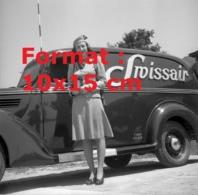 Reproduction Photographie Ancienne D'hôtesse De L'air De La Compagnie Swissair Avec Une Automobile Swissair En 1946 - Reproductions