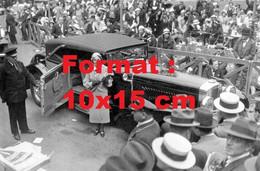Reproduction Photographie Ancienne D'une Dame Présentant Une Automobile Duesenbergà Un Concours D'élégance En 1932 - Reproductions