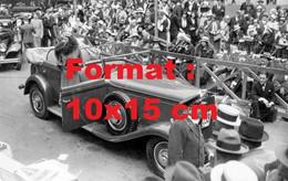 Reproduction Photographie Ancienne D'une Dame Présentant Une Automobile Delage à Un Concours D'élégance En 1932 - Reproductions