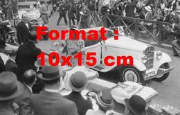 Reproduction Photographie Ancienne D'une Dame Avec Une Rosengart Décapotable à Un Concours D'élégance En 1932 - Reproductions