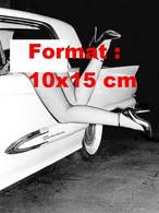 Reproduction Photographie Ancienne Des Jambes En Collant Résille, Hauts Talons Penchée Par La Fenêtre D'une Automobile - Reproductions