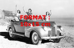 Reproduction Photographie Ancienne De 3 Jeunes Femmes Dans Une Buick Décapotable Au Bord De La Mer - Reproductions