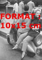Reproduction Photographie Ancienne D'une Jeune Femme Assise De Côté à L'arrière D'un Scooter - Reproductions