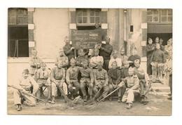Ref 573 Tmb - CPA Carte Photo Militaria Groupe De Soldat Caserne à Identifier Honneur Aux Anciens - Barracks