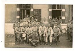 Ref 573 Tmb - CPA Carte Photo Militaria Groupe De Soldat Caserne à Identifier 350 Au Jus Pour Les Bleus - Barracks