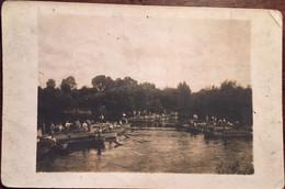 Cpa Photo, Construction D'un Pont? (Bateaux, Rameurs), écrite Au Verso (pas Lisible) Papier Photographique As De Trèfle - Photographie