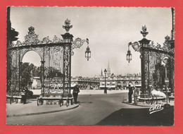 C.P.S.M.( 54 ) « NANCY  » Place Stanislas;Les Grilles De Jean Lamour  -  Jolie Vue Animée    .X2 Phts - Nancy