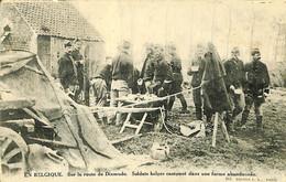 034 746 - CPA - Belgique - Sur La Route De Dixmude - Soldats Belges - Diksmuide