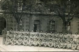 Carte Photo D'une Compagnie De Soldats Francais Avec Leurs Officier Et Un Chien ( Leurs Mascotte ) Posant Dans Leurs Cas - War, Military