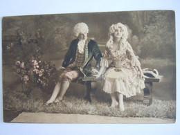 Cpa Couple Sur Un Banc Koppel Op Bank Perruques Pruiken Edit MKB 1517 - Koppels