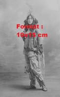 Reproduction Photographie Ancienne D'une Jeune Femme En Costume De Scène Années 20 - Reproductions