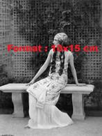Reproduction Photographie Ancienne D'une Dame Cheveux Long, Longue Robe Assise Sur Un Banc De Pierre - Reproductions