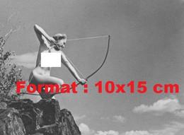 Reproduction Photographie Ancienne D'une Jeune Femme Nue Au Sommet D'un Rocher Avec Un Arc En 1926 - Reproductions