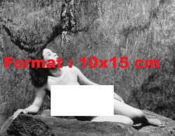 Reproduction Photographie Ancienne D'une Femme Asiatique Nue Allongée Sur Un Rocher - Reproductions
