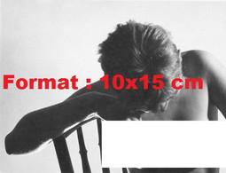 Reproduction Photographie Ancienne Du Portrait D'une Femme Nue Assisesur Une Chaise En Bois En 1970 - Reproductions