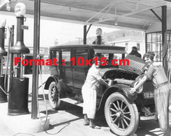 Reproduction Photographie Ancienne De Deux Femmes Dans Le Moteur D'une Automobile En Station Essence Années 30 - Reproductions
