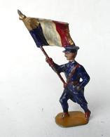 FIGURINE PLOMB CREUX BF BLANCHERIE ET FRERES SOLDAT AU DEFILE PORTE ETENDARD DRAPEAU FRANCAIS - Soldatini Di Piombo