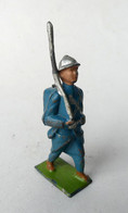 FIGURINE PLOMB CREUX LR LOUIS ROUSSY SOLDAT CASQUE ADRIAN TENUE BLEUE AU DEFILE - Soldatini Di Piombo