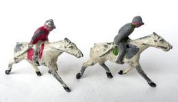 FIGURINE PLOMB CREUX MARQUE INCONNUE DEUX CAVALIERS JOCKEY PETITE TAILLE Long 7 Cm Cheval Chevaux Courses - Soldatini Di Piombo
